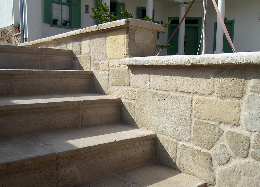 A képen fagyálló betonból készült lépcsőlap látható
