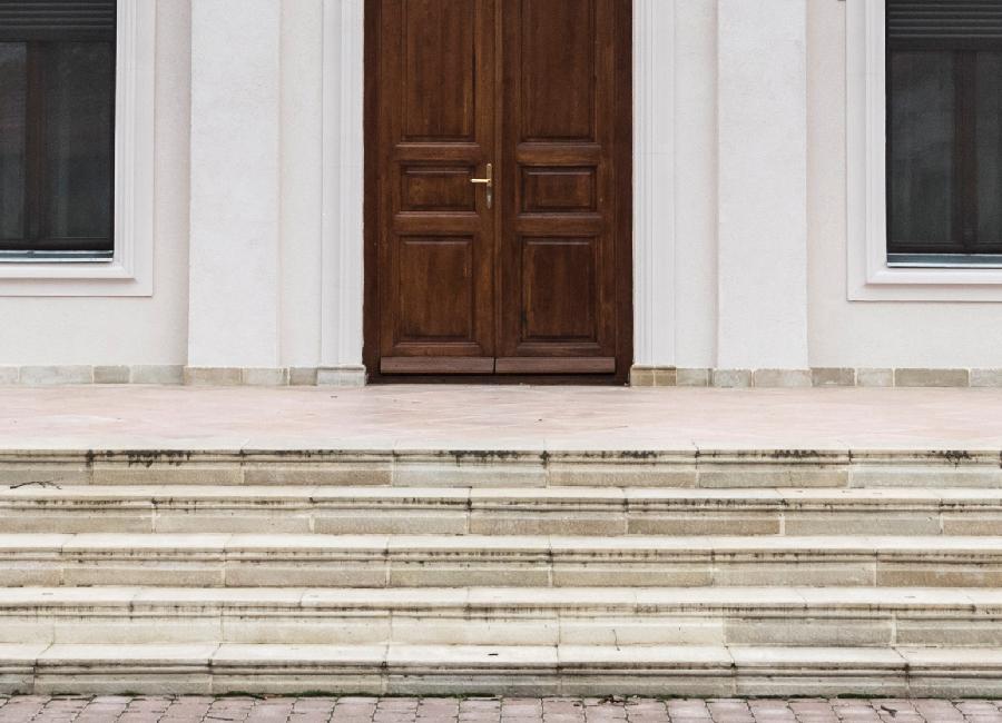 A képen fagyálló betonból készült lépcsőfront látható
