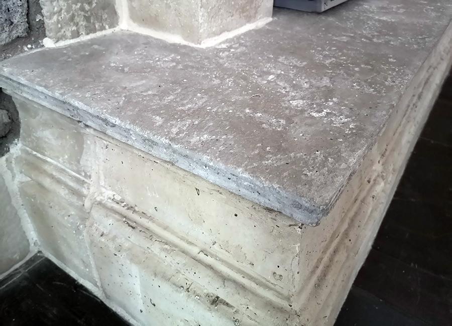A képen fagyálló betonból készült padlóburkolat, ill. lépcsőlap-fedkő látható