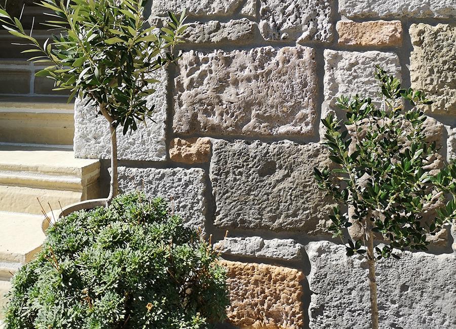 Rusztikus, mediterrán beltéri beton burkolatok, Beltéri kő falburkolatok, Kültéri burkolatok, Kültéri kő falburkolatok, Lábazati kövek, Pietrák, Pinceburkolatok,