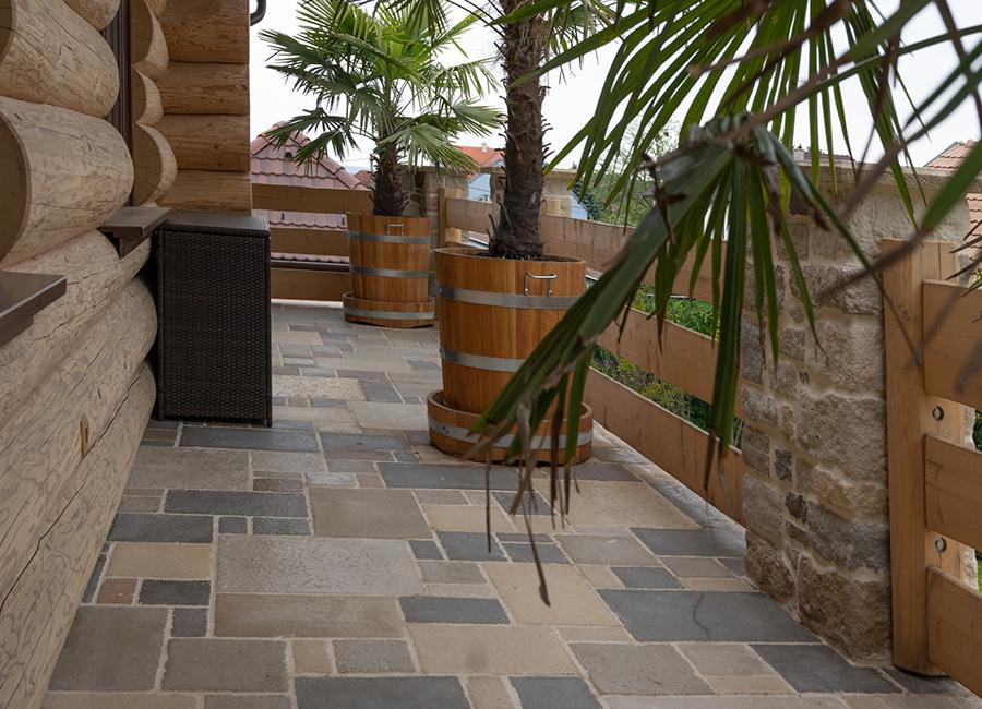 A képen fagyálló betonból készült padlólap látható.