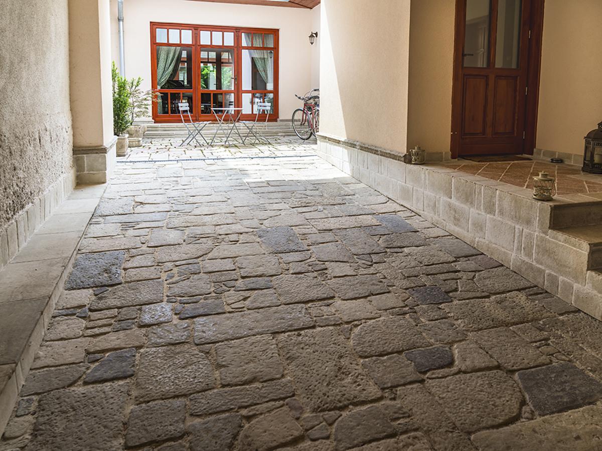 ternészetes kő hatású beton burkolat